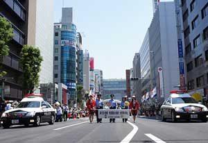福岡県博多署が博多どんたくのパレード参加