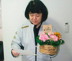 鴻巣署の若手職員が母の日に感謝の手紙とカーネーション贈る