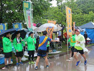 金沢城リレーマラソンで石川県警チームがタスキつなぐ