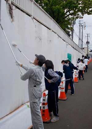 北海道滝川署が高校生とペンキ塗りの社会奉仕活動