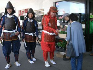 北海道伊達署で甲冑姿の「悪行討伐隊」を結成