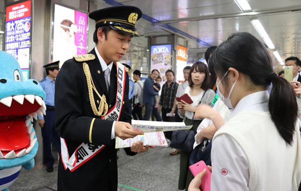 神奈川県警が横浜駅で痴漢撲滅キャンペーン