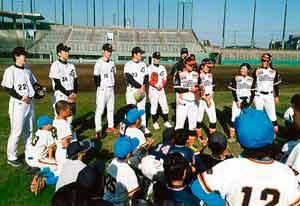 埼玉県警野球部の少年野球教室に女子プロチームが応援参加