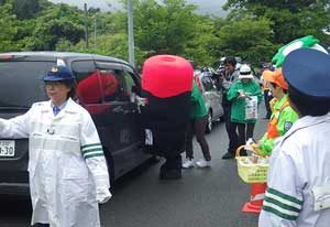 岩手県大船渡署がゆるキャラと交通街頭活動