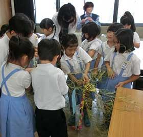 広島県広島東署で小学生参加の「七夕交通安全教室」開く