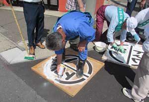 青森県板柳署が歩行者一時停止の「ストップマーク」を設置