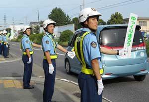 三重県警察学校の初任科生がハンドボードで事故防止を呼び掛け