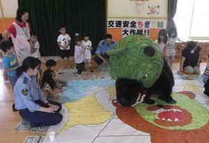 北海道栗山署の夕張庁舎が園児とともに「交通安全ちぎり絵パネル」作成
