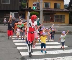 岩手県大船渡署の防犯ヒーローが保育園児に交通安全を指導