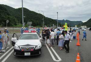 新潟県警が関越自動車道PAで交通安全の街頭広報