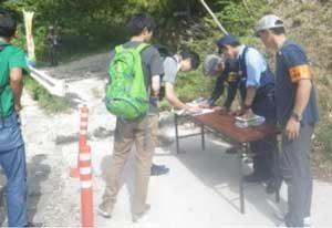 三重県警が御在所山で安全登山の広報啓発活動