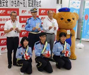 三重県警が「かもめ~る」で交通安全啓発活動