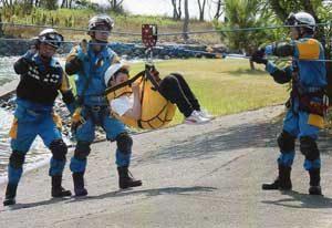 兵庫県警が関係機関と水害救助訓練