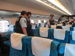 新幹線車内での乗客殺傷事件を受けて静岡県警鉄警隊が不審者対応訓練