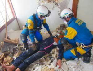 山形県警機動隊が解体予定の駐在所で災害警備訓練