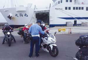 青森県大間署でツーリングライダーの交通安全指導