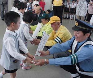 新潟県長岡署で飲酒運転根絶の「ミニ旗」製作
