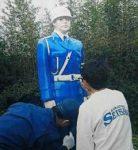 佐賀県唐津署が高校生と警察官人形を塗り替え