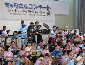 沖縄県那覇署が小学校で防犯・交通安全コンサートを開催