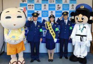 宮崎県日南署で地元テレビアナウンサーが年末年始特別警戒隊の出発見送る