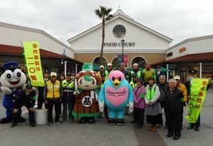 佐賀県鳥栖署がアウトレットで正しい110番の啓発活動