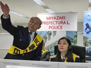 宮崎県警で女優・工藤綾乃さんが一日通信指令官に