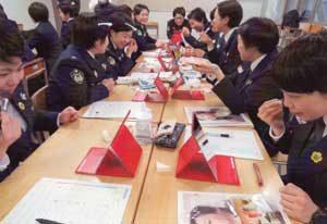 兵庫県警察学校の女性初任科生がメイクアップ教室を受講