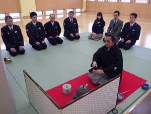 山形県尾花沢署が茶会で署員の情操教育