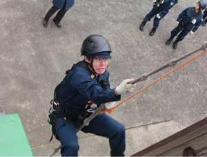 佐賀県警機動隊が記者の「一日体験入隊」を受け入れ