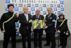 滋賀県警が自動車整備振興会から反射材タスキの寄贈受ける