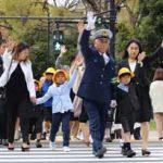 警視庁の三浦警視総監が新入学児童と横断訓練