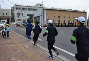 広島県警察学校が校外ジョギングで「ながら見守り」