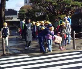 千葉県四街道署で児童の交通安全対策「止まってくれてありがとう!」を推進