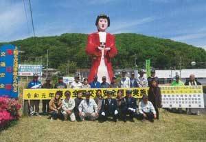 埼玉県寄居署が交差点に交通安全啓発ドール設置
