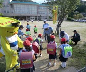 鹿児島県日置署で地域安全・交通安全運動の子供見守り活動