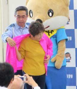 高知県警で「明るい色の服ひろめ隊」の任命式・贈呈式を実施