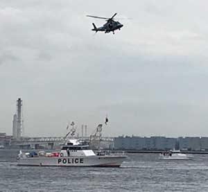 神奈川県警で警察船舶・ヘリの水難救助訓練