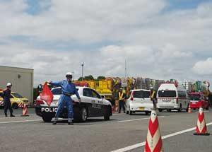 佐賀県警高速隊で運転者閉じ込め想定した合同規制訓練
