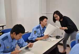 長野県警が初任科生対象にアメリカ人講師の英会話教養