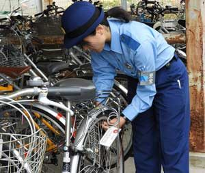 愛知県半田署で無施錠自転車に鍵掛けする「愛の鍵」大作戦
