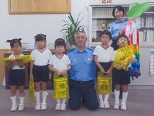 神奈川県松田署が保育園から交通安全千羽鶴の寄贈受ける
