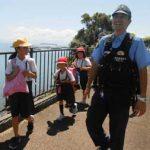 鹿児島県指宿署の制服警察官が小学生の登下校を見守り
