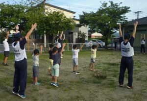 佐賀県警察学校の初任科生が地域のラジオ体操に参加