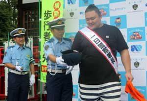 愛知県蟹江署で朝乃山関が「自転車安全利用の啓発キャンペーン」