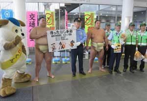 北海道函館中央署で地元力士の犯罪・事故防止の啓発活動