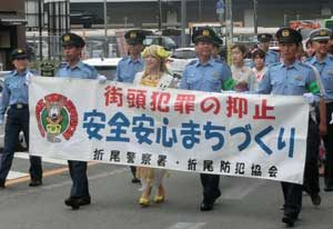 福岡県折尾署は「バナナ姫ルナ」と防犯・交通パレードを実施
