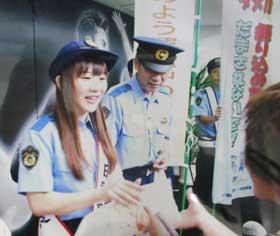 長野県小諸署が人気カーリング選手と詐欺・事故防止のキャンペーン