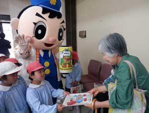 福岡県大牟田署が金融機関3店舗でニセ電話詐欺被害防止のキャンペーン