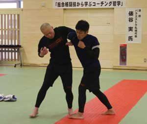 北海道警察学校で総合格闘技指導者招いて教養セミナー