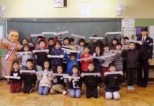 神奈川県警で児童から高齢者へ反射材贈る取組み実施